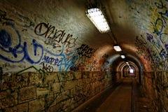 Dunkler undergorund Durchgang mit Licht Stockfotografie