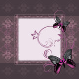 Dunkler violetter Ornamentrahmen mit stilisierten Schmetterlingen Lizenzfreie Stockbilder
