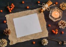 Dunkler Weihnachtshintergrund mit Kerzen und Beeren der Eberesche Feld für Text Kegel der weißen Kiefer Verzweigt sich Eicheln Stockfotografie