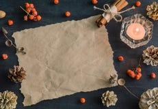 Dunkler Weihnachtshintergrund mit Kerzen und Beeren der Eberesche Feld für Text Kegel der weißen Kiefer Verzweigt sich Eicheln Lizenzfreies Stockbild