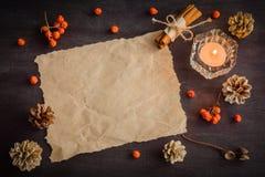 Dunkler Weihnachtshintergrund mit Kerzen und Beeren der Eberesche Feld für Text Kegel der weißen Kiefer Verzweigt sich Eicheln Stockbild