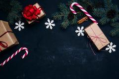 Dunkler Weihnachtshintergrund mit Weihnachtsdekorations-Geschenkboxbällen zu Stockfotos
