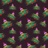 Dunkler Wintergrünsaisonalhintergrund mit den chaotischen Tannenbäumen, verziert mit Weihnachtsspielwaren und Winterhut Stockfotos
