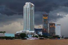 Dunkler Wolkensturm in der Stadt nahe dem Fluss Lizenzfreie Stockfotos