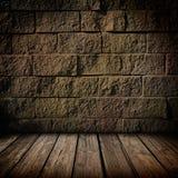 Dunkler Ziegelstein und hölzerner Innenraum Stockfoto