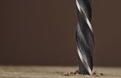 Dunkles altes Bohrloch des Bohrers in einer hölzernen Planke Lizenzfreie Stockfotografie