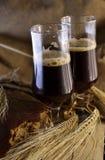 Dunkles Bier in den halben Litern Stockfoto