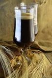 Dunkles Bier in den halben Litern Stockfotografie