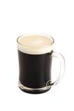 Dunkles Bier im Glas Stockfoto