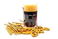Dunkles Bier und Brezelnahaufnahme stockbild