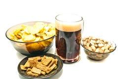 Dunkles Bier und Snäcke stockbilder