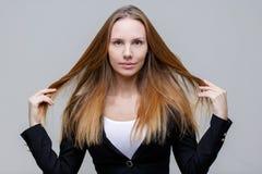 Dunkles blondes auf grauem Hintergrund Lizenzfreie Stockfotos