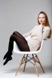 Dunkles blondes Sitzen im Studio Stockbilder