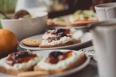 Dunkles Brot mit Weißkäse und Stau auf weißer Platte Stockfotografie