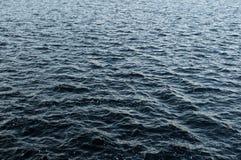 Dunkles choppy Wasser. stockfotos