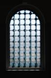 Dunkles Fenster mit strukturiertem Glas Stockfotos