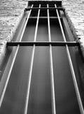 Dunkles Gefängnisfenster Stockfoto