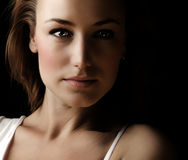 Dunkles Gesichtsportrait der Glamor Frau Stockfotografie