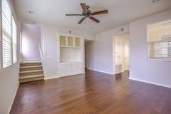 Dunkles Holz mit Treppe und Deckenlüfter im Wohnzimmer Stockbild