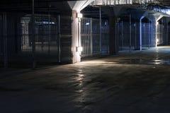 Dunkles leeres coridor in der Tiefgarage mit unterschiedlichen Kästen, Grausigkeit stockfotos
