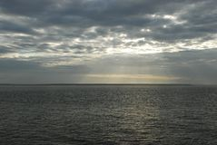 Dunkles Meer mit Wolken Stockfotografie