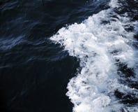 Dunkles Meerwasser Stockbild
