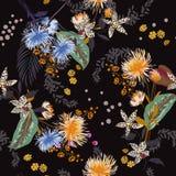 Dunkles modisches Blumenmuster in vielen Art von Blumen Tropica Lizenzfreie Stockfotos
