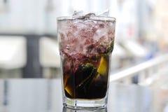 Dunkles Mojito-Cocktail auf der Terrasse Stockbilder