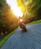 Dunkles Motorrad der motorbiker Reithohen leistung lizenzfreie stockfotos