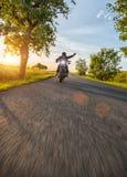 Dunkles Motorrad der motorbiker Reithohen leistung im Sonnenuntergang lizenzfreies stockfoto