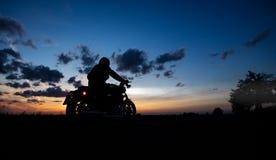 Dunkles Motorrad der motorbiker Schattenbildreithohen leistung lizenzfreie stockfotos