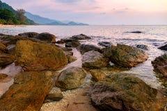 Dunkles Nachtmeer mit hervorstehenden Steinen Lizenzfreie Stockfotos