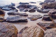 Dunkles Nachtmeer mit hervorstehenden Steinen Lizenzfreie Stockfotografie