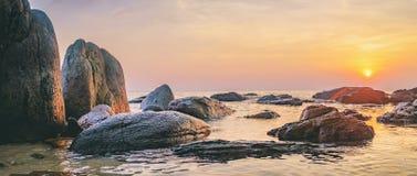 Dunkles Nachtmeer mit hervorstehenden Steinen Stockbilder