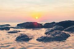 Dunkles Nachtmeer mit hervorstehenden Steinen Stockbild