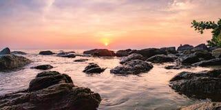 Dunkles Nachtmeer mit hervorstehenden Steinen in Thailand Stockfoto
