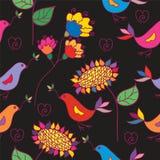 Dunkles nahtloses Blumenmuster mit traditionellem Vogel Lizenzfreies Stockfoto