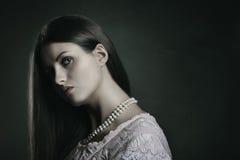 Dunkles Porträt der blassen Frau Stockfoto