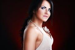 Dunkles Portrait der jungen Frau Lizenzfreie Stockfotos