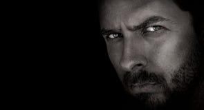 Dunkles Portrait des furchtsamen Mannes mit schlechten Augen Stockbild