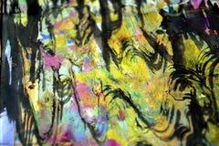 Dunkles rosa purpurrotes schwarzes Goldkreiswellen spritzt, bunte klare wächserne Farben, kreativer Hintergrund der Kontraste Lizenzfreie Stockbilder