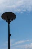 Dunkles Straßenlaterne lokalisiert mit bewölktem blauem Himmel stockfotos