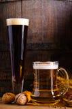 Dunkles und helles Bier Stockfoto