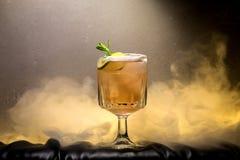 Dunkles und stürmisches Rumcocktail mit Kalk gegen Hintergrund von smo stockbild
