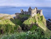 Dunluce城堡废墟在北爱尔兰 免版税库存图片
