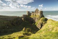 Dunluce Castle, Antrim, Βόρεια Ιρλανδία κατά τη διάρκεια της ηλιόλουστης ημέρας Στοκ Φωτογραφίες