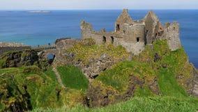 Dunluce slott i nordligt - Irland - en populär gränsmärke i nordligt - Irland stock video
