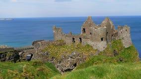 Dunluce slott i nordligt - Irland - ett berömt filmläge stock video
