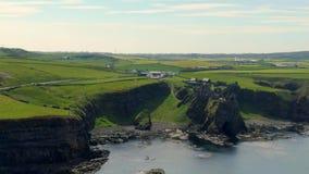 Dunluce slott i norr Irland - flyg- sikt arkivfilmer