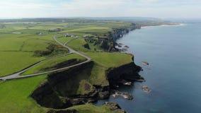 Dunluce slott i norr Irland - flyg- sikt lager videofilmer